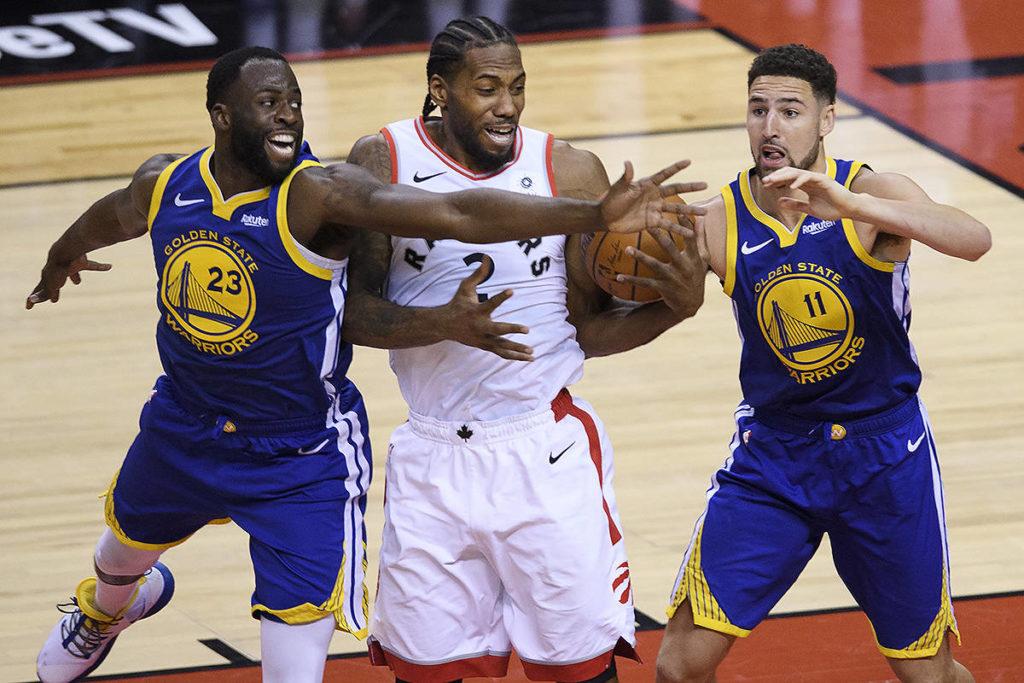 Warriors odpowiadają, wielki rzut Iguodali, kontuzja Thompsona